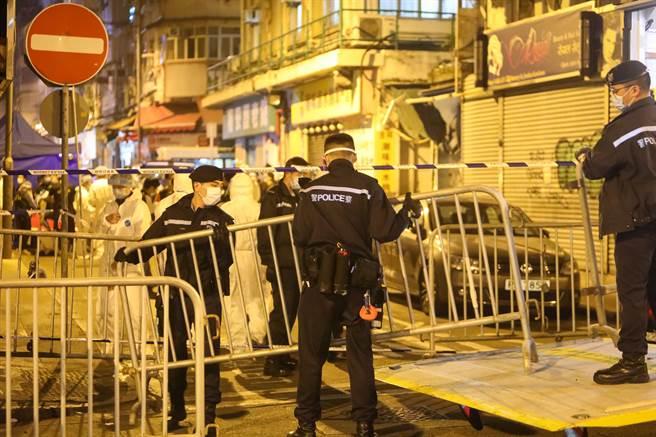 1/23香港特區政府凌晨4時首次援引相關規例實施「禁足令」,並「圍封」佐敦部分範圍劃為「受限區域」,涉及逾百幢大廈。圖為「禁足令」生效後,警員隨即在上述街口駐守,拉閘封區。(中通社照)