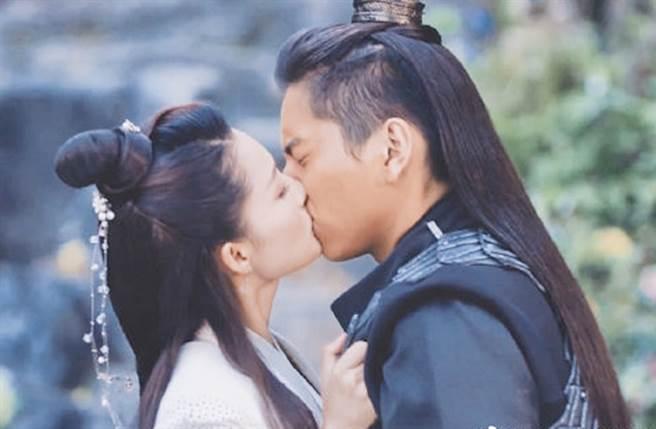 李沁在《狼殿下》的每場吻戲都引來討論。(圖/翻攝自微博)