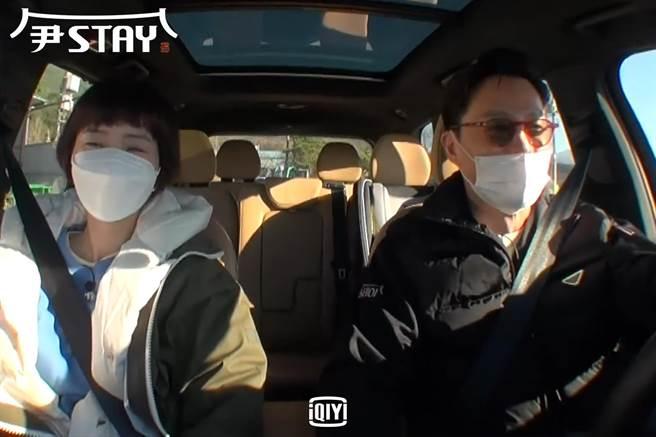 李瑞鎮(右)與鄭有美車上分享夢境兼鬥嘴。(愛奇藝國際站提供)
