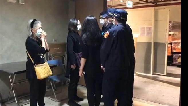 检警23日相验蔡伯府的遗体,家属也到场了解。(陈鸿伟翻摄)