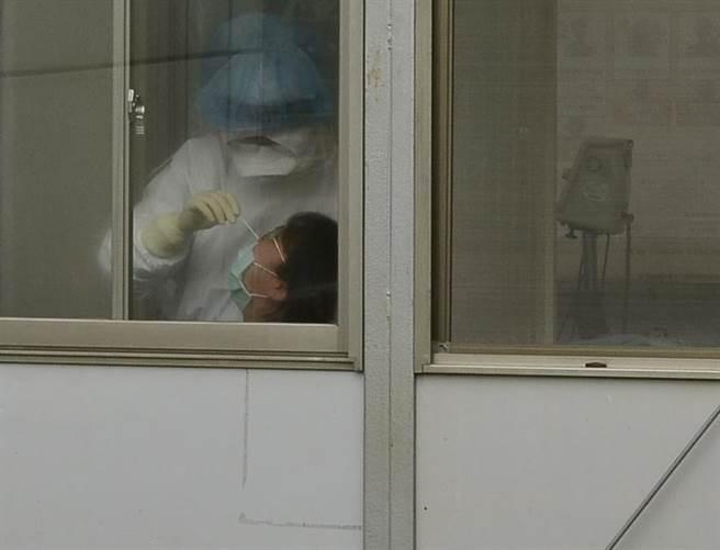 桃醫發生群聚感染,今天陸續約2、30名疑似醫護返院採檢。(賴佑維攝)