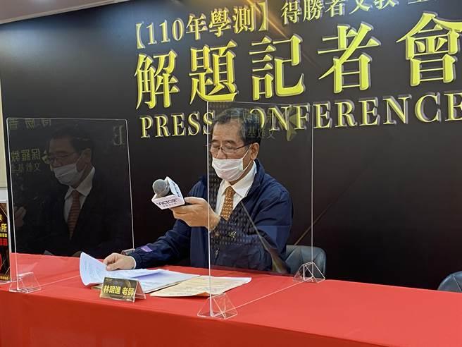 建中退休老師林明進解析學測國寫題目。(林志成攝)