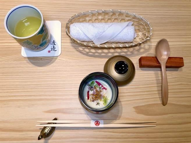 以「白花椰菜浓汤」作为开场,香浓暖胃。(何书青摄)