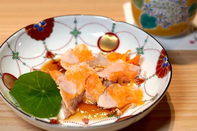 「渡邉」使用许多珍稀食材,如「九绘炙烧生鱼片.松露风味橙醋.鮟鱇鱼肝」,用的食材是在日本有梦幻鱼美称的九绘鱼。(何书青摄)
