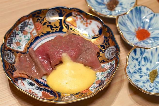 「和牛寿喜烧」使用日本近江和牛,佐以蛋白打发后再加入蛋黄而成的绵密酱料,带出滑口鲜甜的美妙滋味。(何书青摄)