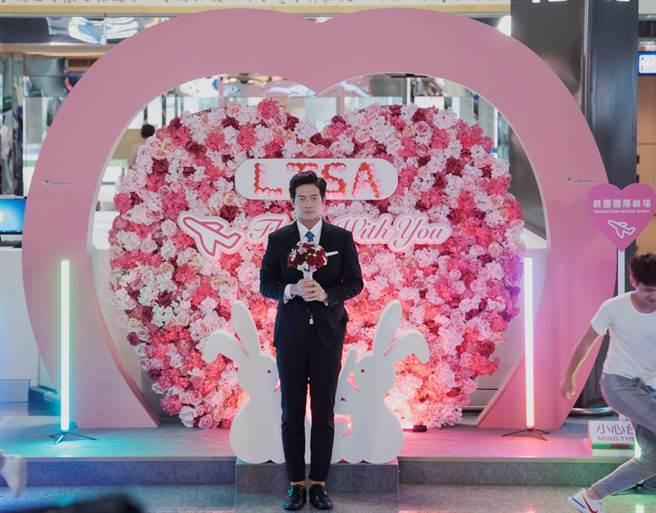 宥勝劇中在機場大動作向林予晞求婚。(HBO Asia提供)