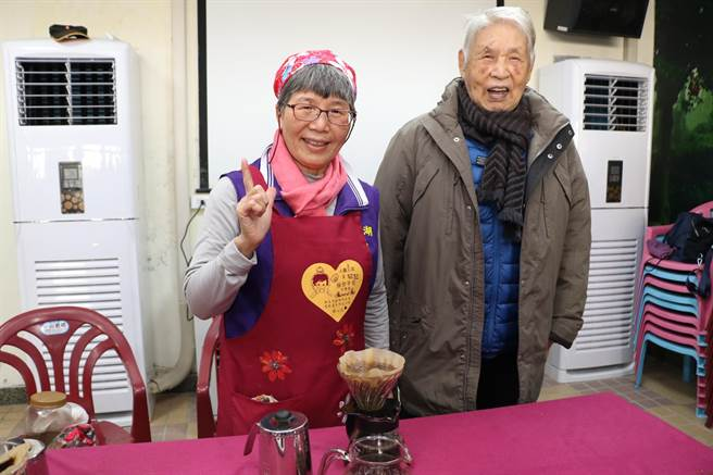 92歲退役老兵高鎮波因社區的「爺奶咖啡時間」重新新找回往日興趣,願意踏入社區與人交流。(記者蔡雯如攝)