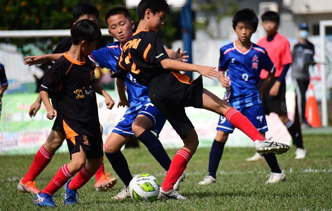 旭村盃國際少年足球邀請賽23日在豐里國小開踢,共有24支足球勁旅比拚腳上功夫。(莊哲權攝)