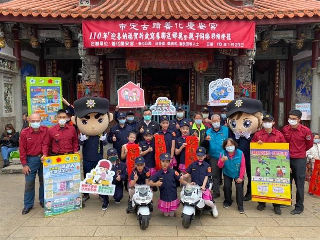台南市政府消防局第四大队善化分队于23日上午,配合辖内庆安宫办理宣导活动。(消防局提供/李宜杰台南传真)