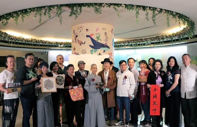 16位安坑在地藝術家聯手在青少年圖書館展出藝術作品。(新北市立圖書館提供)