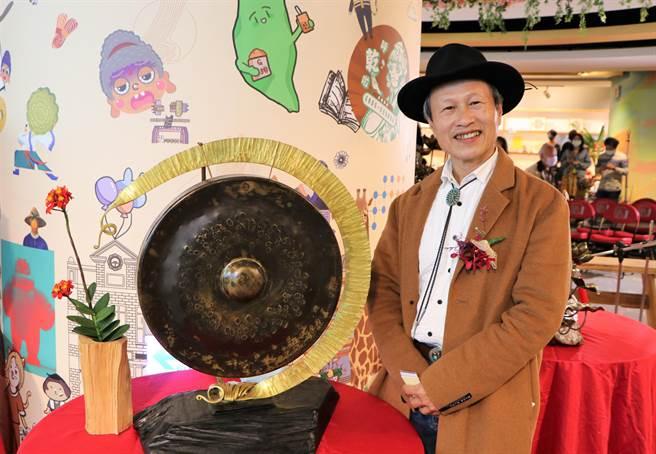 國寶級銅鑼大師吳宗霖展出銅雕創作,陪民眾藝術過新年。(新北市立圖書館提供)
