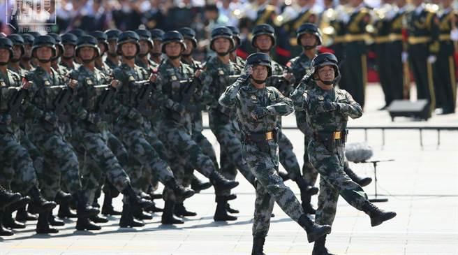 《南华早报》报导解放军将为年轻与边远驻军加薪4成。图为解放军参与阅兵。 (摘自新浪网)
