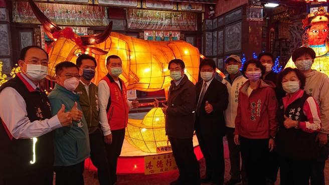 台南市長黃偉哲(中間穿夾克者)出席西羅殿燈會,在主燈前期待牛轉乾坤。(程炳璋攝)