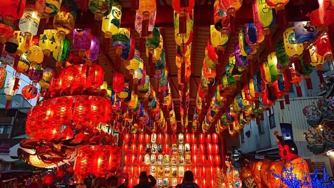 西羅殿廟埕冬瓜燈亮起,燈展直到3月1日為止。(程炳璋攝)