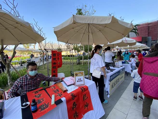 「新春採購節、犇向共好市集」活動,社區做生意的頭家大集合。(盧金足攝)