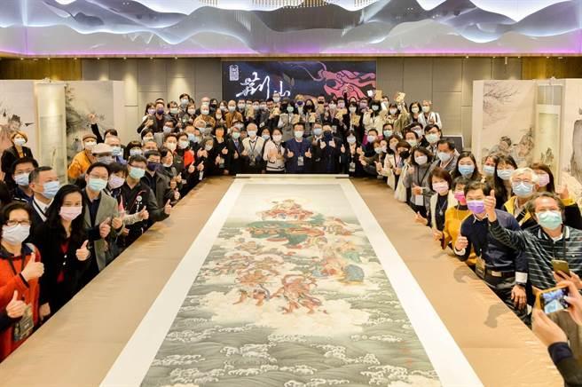 長達8公尺「文殊菩薩」巨幅佛畫,吸引全場觀眾目光。(夏荊山文化藝術基金會提供/張毓翎嘉義傳真)