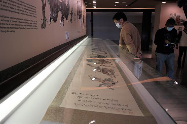 其中長達10公尺橫卷真跡「鍾馗喬遷吉慶圖」為展覽亮點。(張毓翎攝)