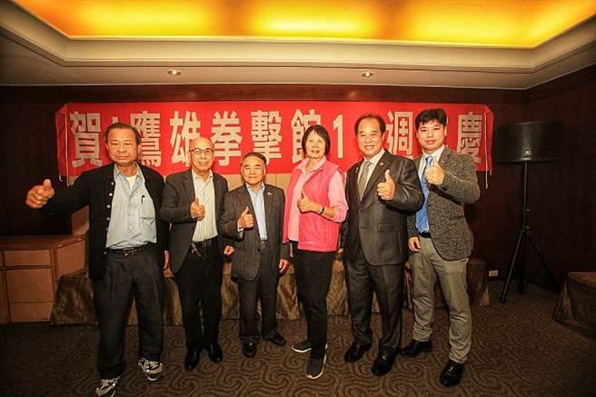 郭枝來創辦的鷹雄拳擊館(左三)歡慶成立11周年。(中華職業拳協提供)