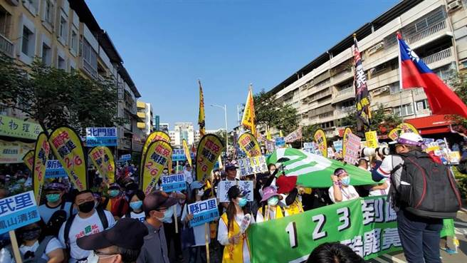 罷捷團體23日舉辦罷免遊行,鳳山在地各里民組成的隊伍,也有許多國民黨黃國雄和黃國山黨部的支持群眾;據了解,罷捷團體初估參加遊行人數超過1500人。(圖/劉宥廷攝)