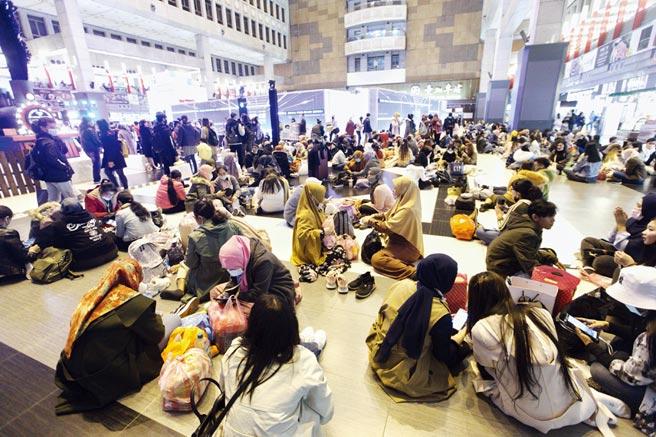 為強化防疫,台鐵公布多項管制措施,日後車站大廳將禁止群眾席地而坐、飲食等。圖/本報資料照片