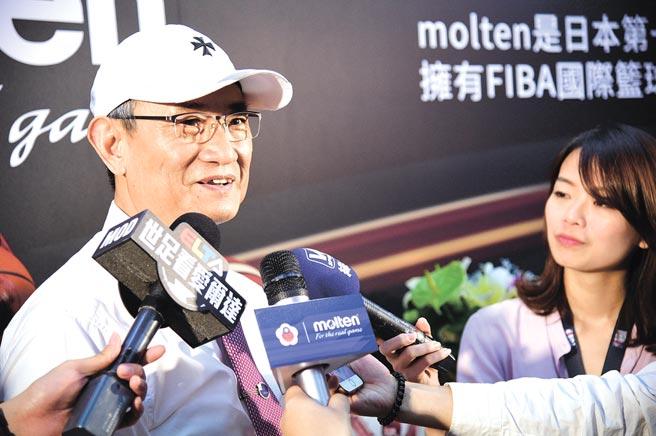 佐儀公司董事長謝榮通與中華民國籃球協會指定用球簽約現場。圖╱佐儀公司提供