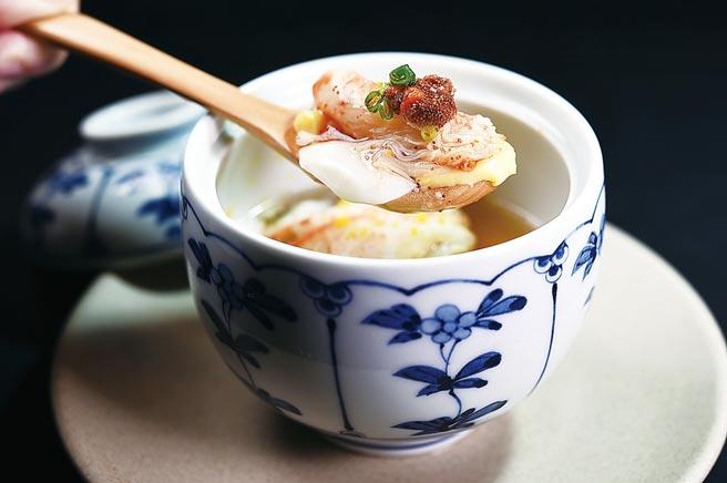 〈河豚白子茶碗蒸〉用口感较细致的北海道河豚白子,搭配松叶蟹肉与蟹膏。图/姚舜