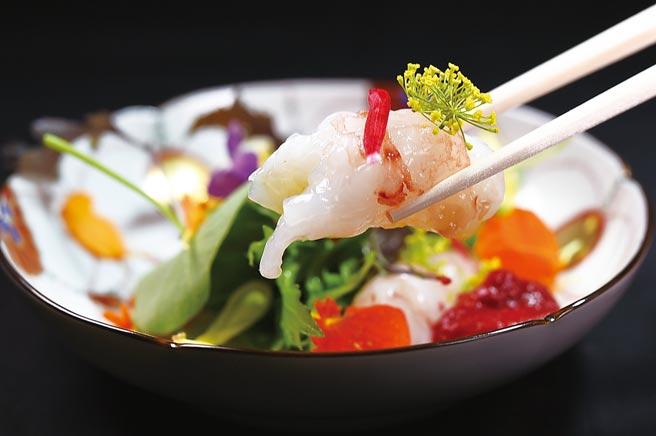 〈牡丹虾 沙拉野菜〉以肥美的北海道牡丹虾搭配嘉义野菜达人生产的多种野菜和食用花卉,形色味皆魅人。图/姚舜