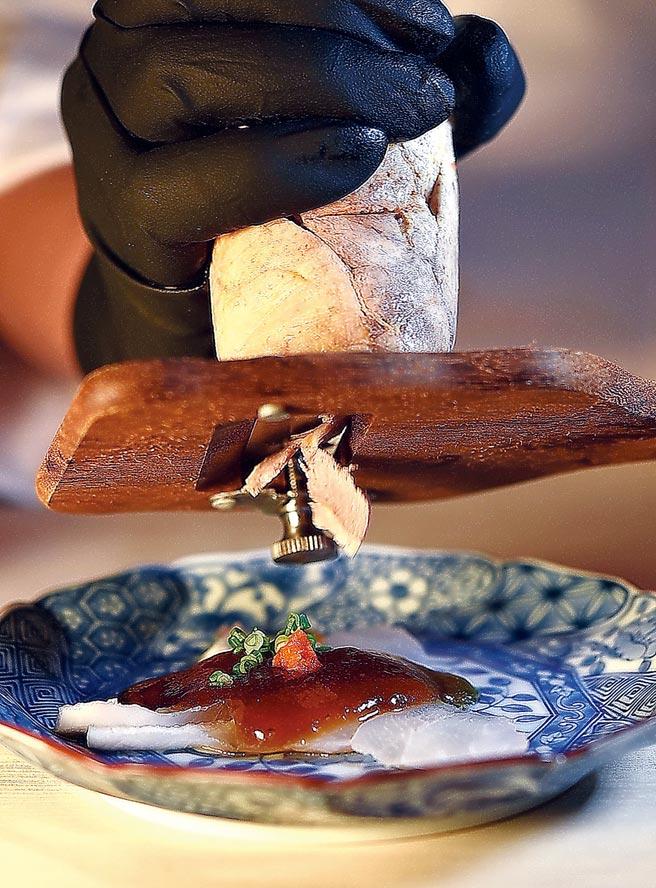 用松露风味橙醋为〈炙烤九绘鱼〉提味,并现刨风乾自制安康鱼肝增益风味与口感。图/姚舜