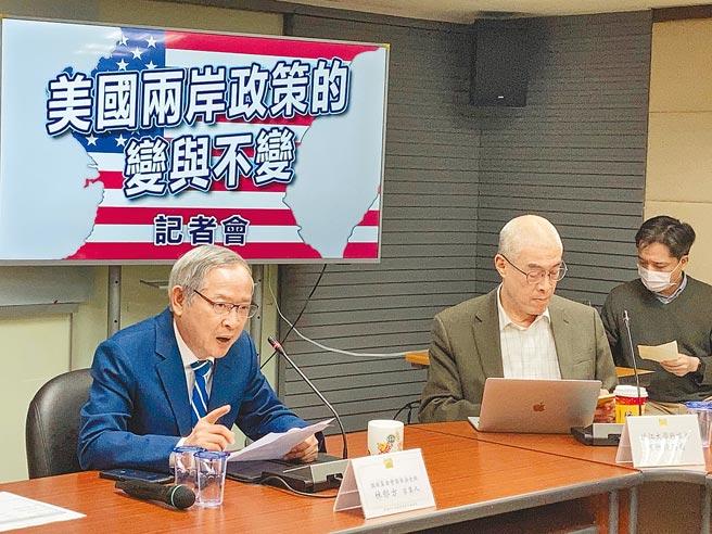 國家政策研究基金會召開「美國兩岸政策的變與不變」記者會。左為基金會國家安全組召集人林郁方;中為淡江大學戰略所教授何思因。(國家政策研究基金會提供)