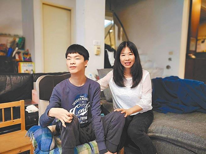 蔡媽媽(右)在蔡東霖(左)如願考上國立屏東大學國貿系後,不但全程陪讀,更和東霖一起搬入學校愛心宿舍,讓東霖順利展開期待已久的大學生涯。(林雅惠攝)