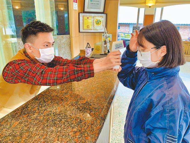 花蓮縣旅館公會提升防疫層級,入住旅客採實聯制,若體溫超過37.5度得拒絕入住。(業者提供/王志偉花蓮傳真)