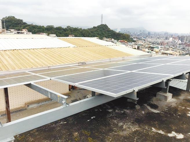 新北市推綠能屋頂全民參與計畫。圖為參與的汐止民宅。(新北市經發局提供/葉德正新北傳真)