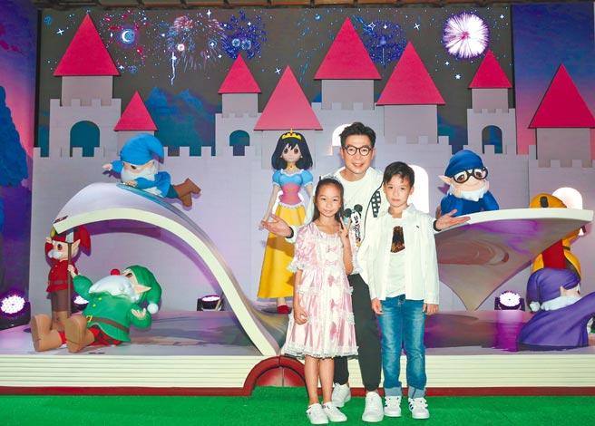 品冠昨帶一雙兒女開心看展覽,現場玩得不亦樂乎。(盧禕祺攝)