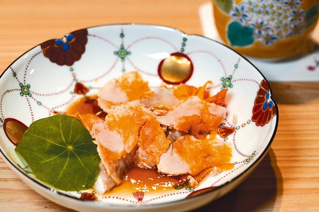 「渡邉」使用许多珍稀食材,如「九绘炙烧生鱼片‧松露风味橙醋‧安康鱼肝」,用的食材是在日本有梦幻鱼美称的九绘鱼。(何书青摄)