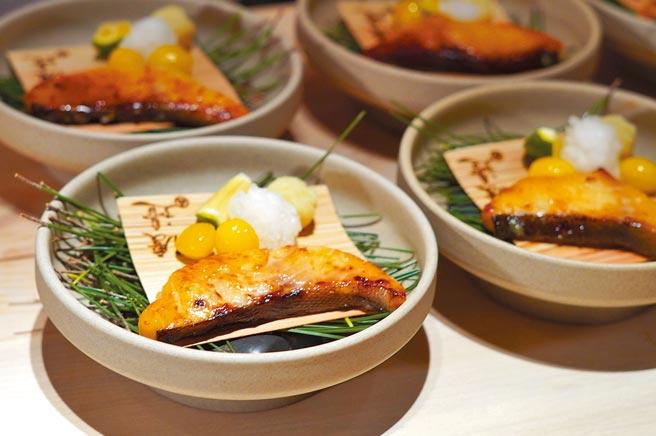 「銀鱈西京燒」將銀鱈用顆粒較大的京都味噌長時間醃漬,搭配炸過的銀杏及地瓜泥,風味香濃又解膩。(何書青攝)
