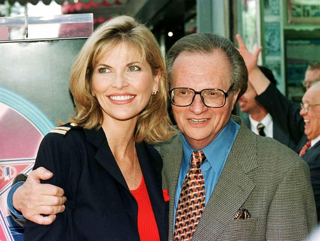 美國傳奇脫口秀主持人賴瑞金(Larry King)情史豐富,圖為1997年5月與當時還是女友的最後一任妻子邵斯威克(Shawn Southwick,左)合影。(資料照/路透社)