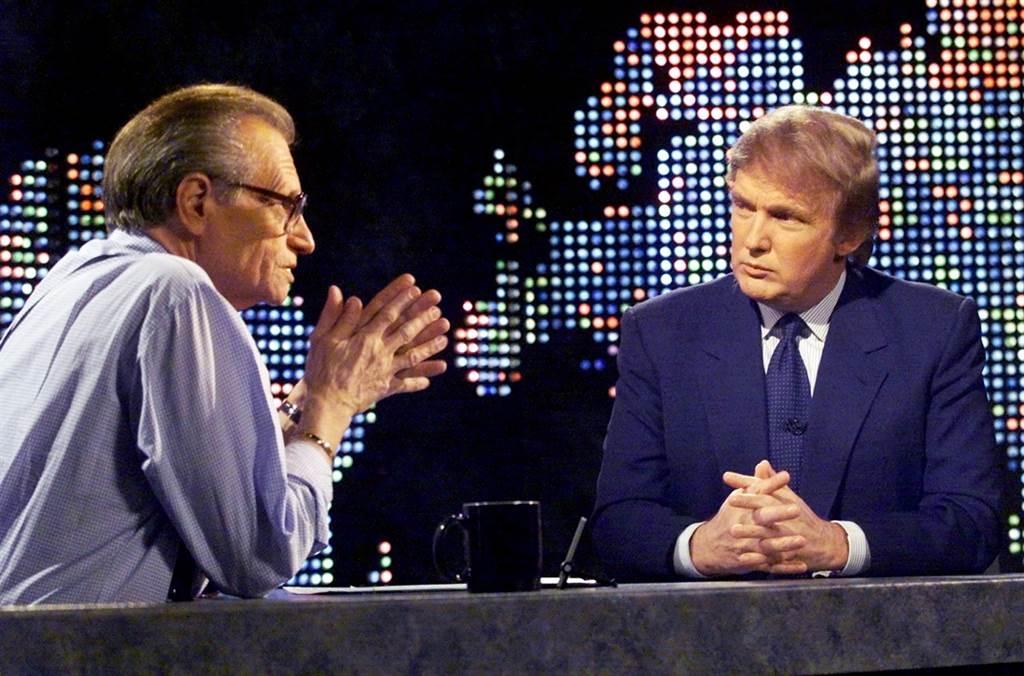 美國傳奇脫口秀主持人賴瑞金(Larry King)一生訪問過無數知名人士。圖為1999年10月他訪問川普的資料照。(資料照/路透社)