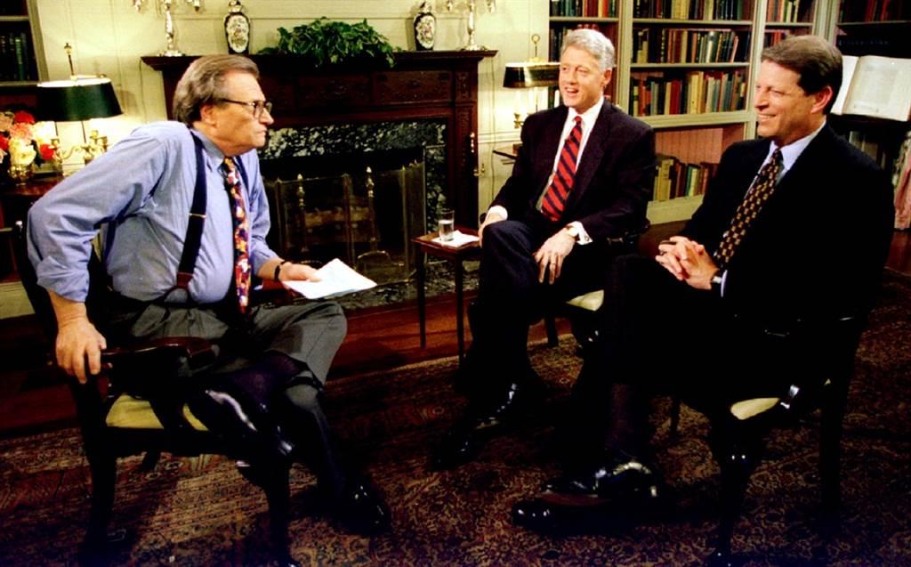 1995年6月,賴瑞金(Larry King)在白宮訪問美國總統柯林頓及副總統高爾,當時柯林頓表示,他希望再邀請高爾擔任副手,一同在總統大選中角逐連任。(資料照/路透社)