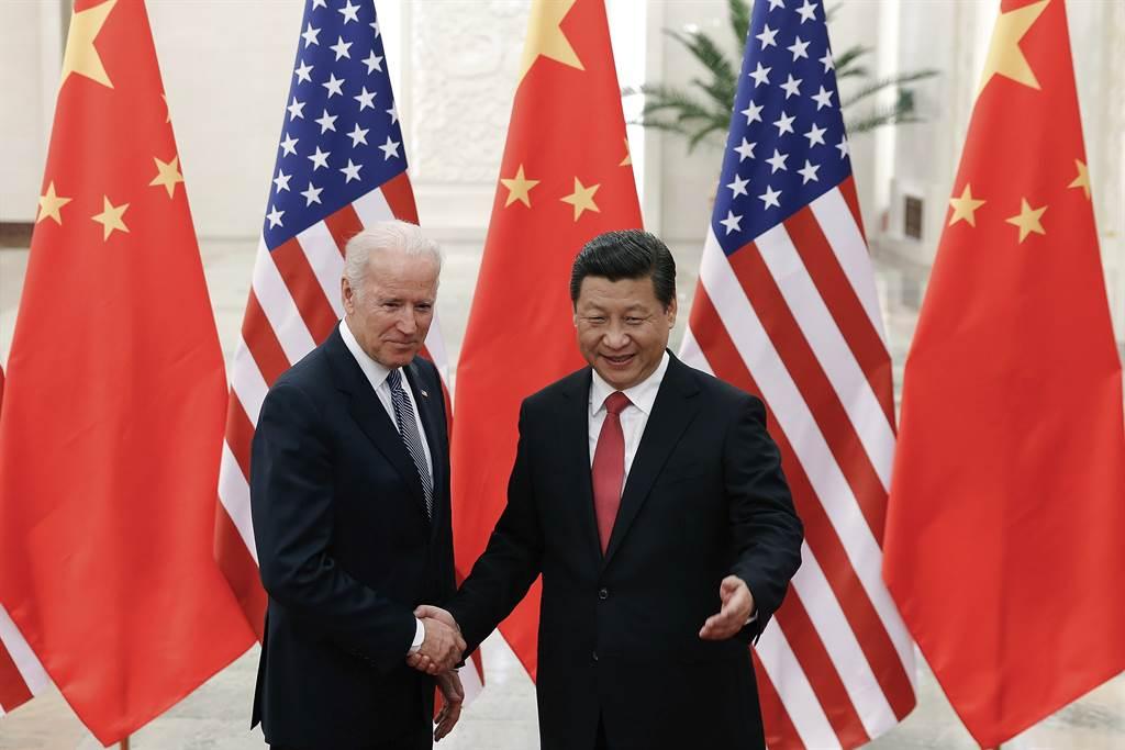 據《華爾街日報》引述知情人士報導,自拜登政府上台後,北京政府有意修復美陸關係,並派遣資深外交官向拜登幕僚表達舉行雙邊高階會議的意願,藉此緩和兩國自川普政府以來的緊繃關係。圖為2013年時任美國副總統的拜登與中國大陸國家主席習近平會面。(美聯社資料照)