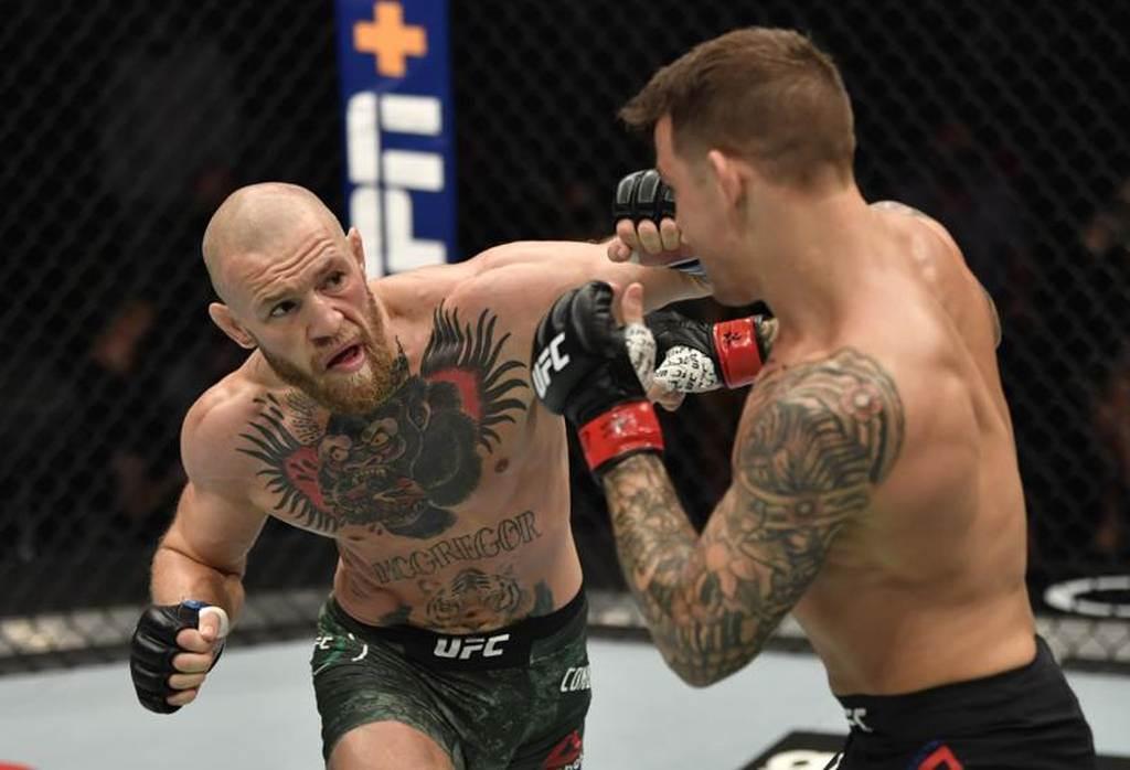 UFC拳手麥葛雷格(左)以左拳擊中波瑞耶。(路透)