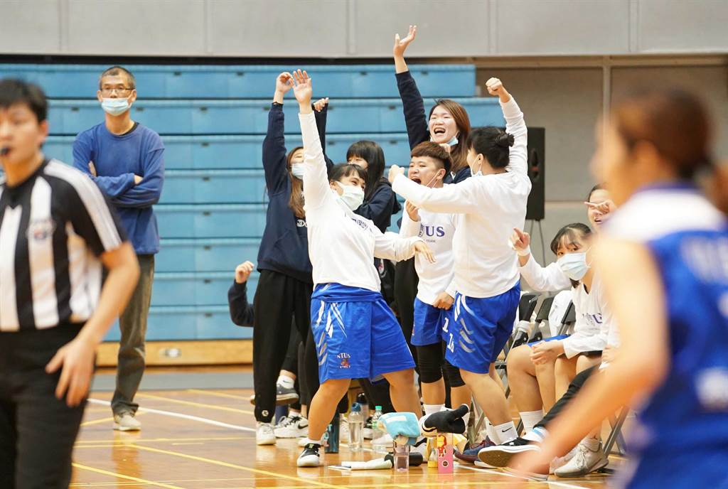 台體大109學年UBA預賽最後一場獲勝,球員席歡聲雷動。(大專體總提供)