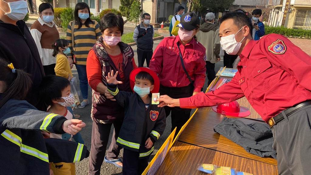 台南市政府消防局第四大隊善化分隊24日下午至轄內善糖文化園區,舉辦119擴大防火宣導活動。(消防局提供/李宜杰台南傳真)