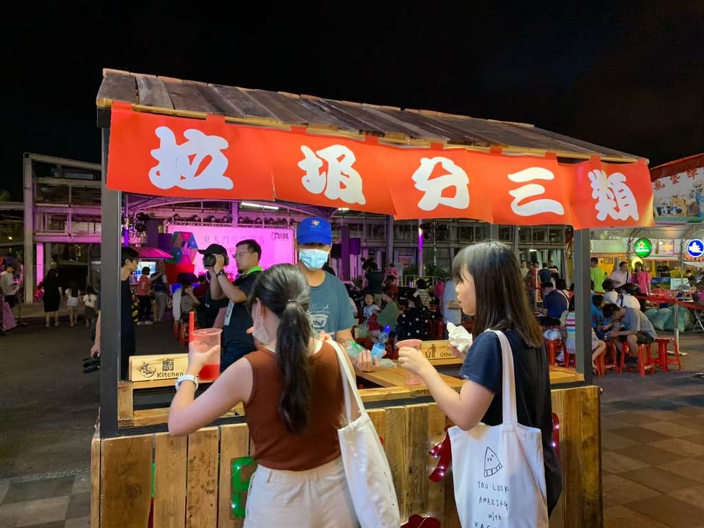 東大門夜市餐飲攤商推動不使用一次性餐具,讓每日垃圾量控制在2千公斤內。(花蓮縣環保局提供/羅亦晽花蓮傳真)