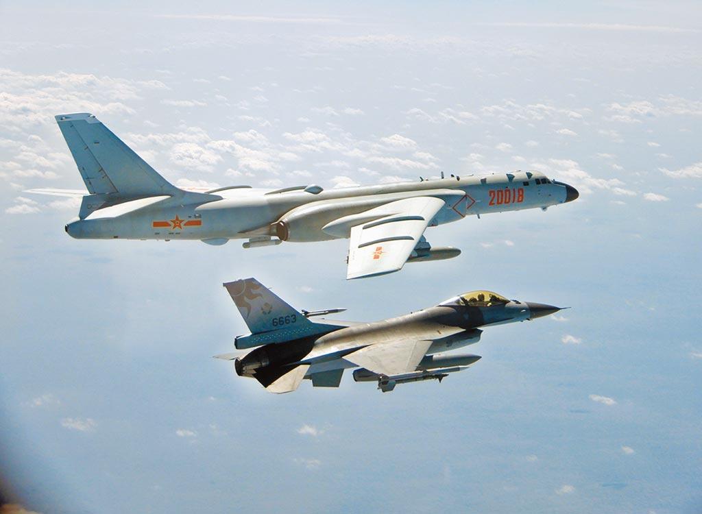 解放軍軍機侵擾我西南空域已常態化,昨天更罕見大陣仗出動13架次,是今年以來最大規模。圖前為空軍F-16戰機監控共軍轟六。(國防部提供)