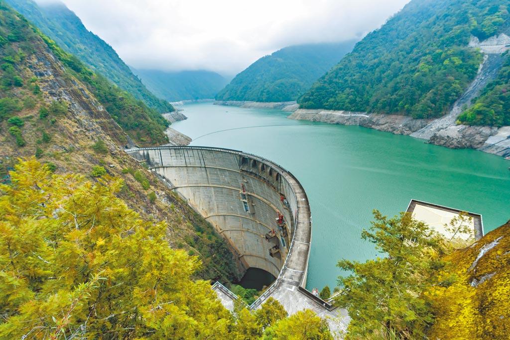 為了支援綠電,台電重啟24年前的「光明抽蓄水力發電計畫」,規畫把大甲溪德基水壩(圖)當成上池,谷關壩當下池,利用水位差在白天太陽能電多時抽水,晚上放水發電。(台電提供)