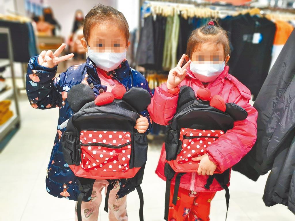 台南市北台南家扶兒受贈購衣提貨券,王姓小姊妹聽阿嬤的話,沒有買新衣,反而選擇可以使用較久的書包。(劉秀芬攝)