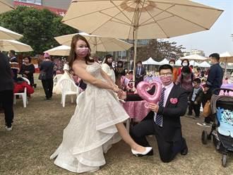 恭喜!嘉义市71对新人完婚 「罩」样接吻甜蜜蜜