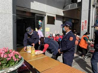 蘆洲警與三重安北宮寒冬送白米 低收入家庭展笑顏