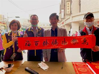 不受疫情影響 中市議員陳清龍春聯義賣逾13萬元助弱勢
