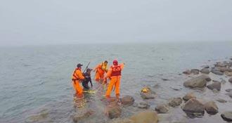 海釣遇漲潮 2人獲救